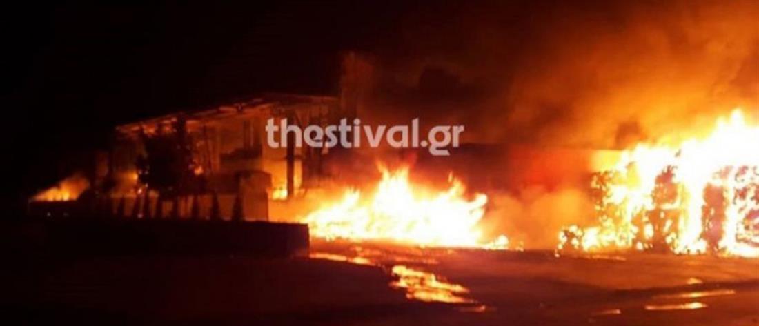 Πυροσβέστες κατέβασαν από το μπαλκόνι οικογένεια για να τη σώσουν από τις φλόγες (βίντεο)
