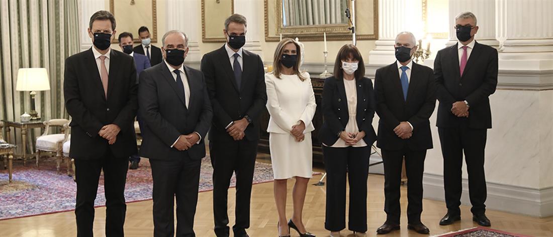 Με μάσκες η ορκωμοσία των νέων μελών της κυβέρνησης (εικόνες)
