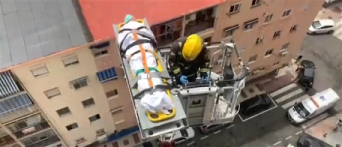 Κορονοϊός: Με γερανό κατέβασαν από ρετιρέ ηλικιωμένο ασθενή (βίντεο)