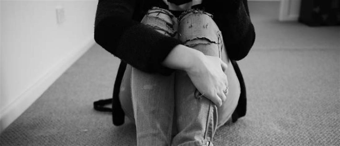 """""""Τσουνάμι ανθρωπιάς"""" για τη μαθήτρια που διάβαζε στο πεζοδρόμιο, επειδή δεν είχε ρεύμα στο σπίτι"""