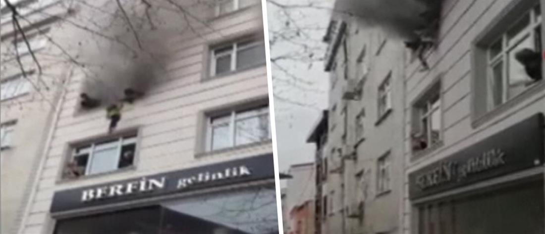 Πέταξε τα παιδιά της από φλεγόμενο κτήριο (βίντεο)