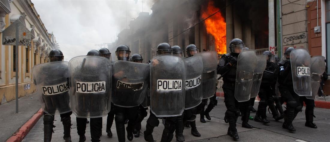 Γουατεμάλα: Διαδηλωτές πυρπόλησαν το κτίριο της Βουλής (εικόνες)
