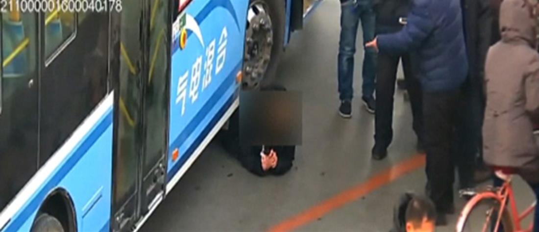 Δραματική διάσωση παιδιού από τις ρόδες λεωφορείου (βίντεο)
