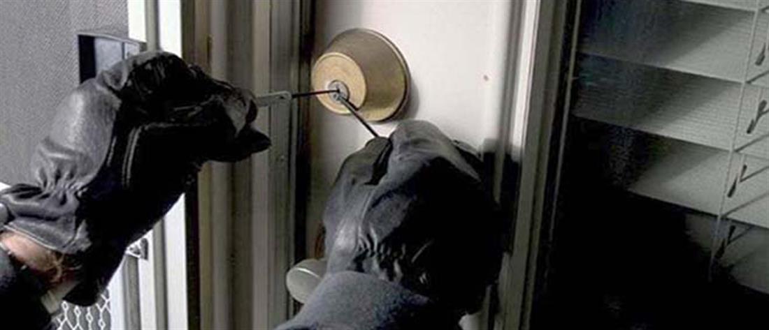 Μπήκε στο σπίτι του και είδε τους κλέφτες να πηδούν από τη βεράντα