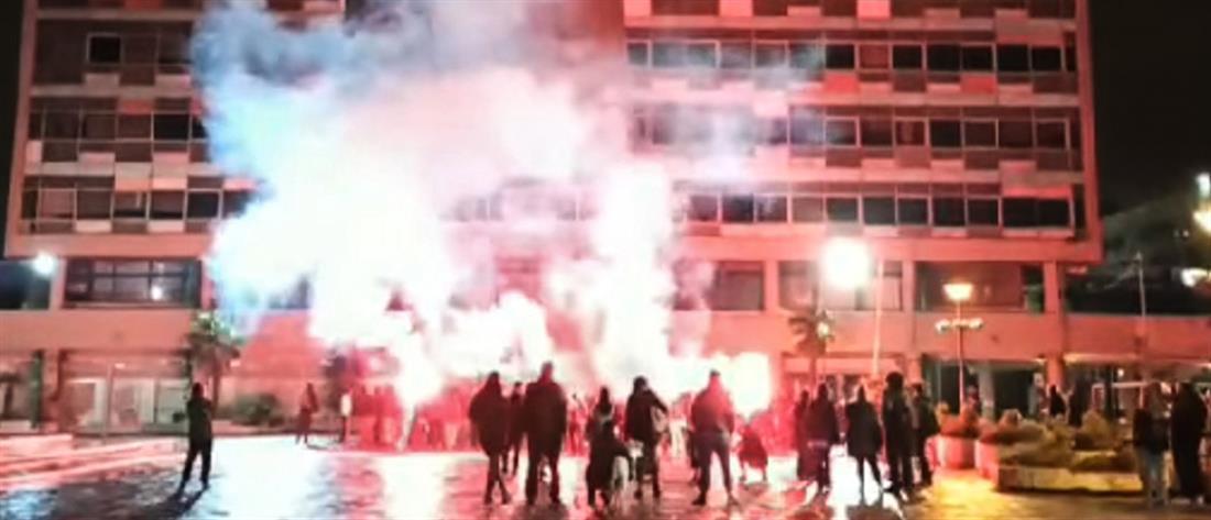 Θεσσαλονίκη – ΑΠΘ: με πυρσούς και πυροτεχνήματα έληξε η κατάληψη