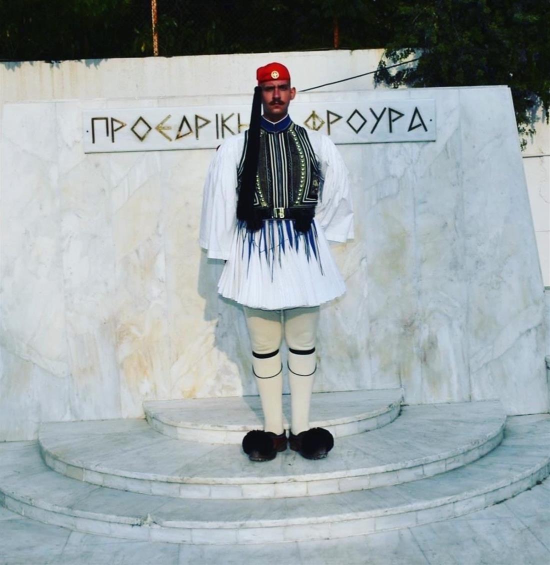 Σακελλαροπούλου - Εύζωνας - Βασίλης Χολέβας - Προεδρική Φρουρά