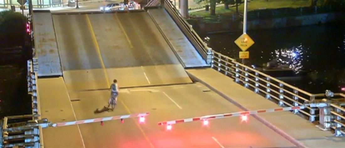 Ποδηλάτισσα πέφτει σε κενό κινητής γέφυρας (βίντεο)