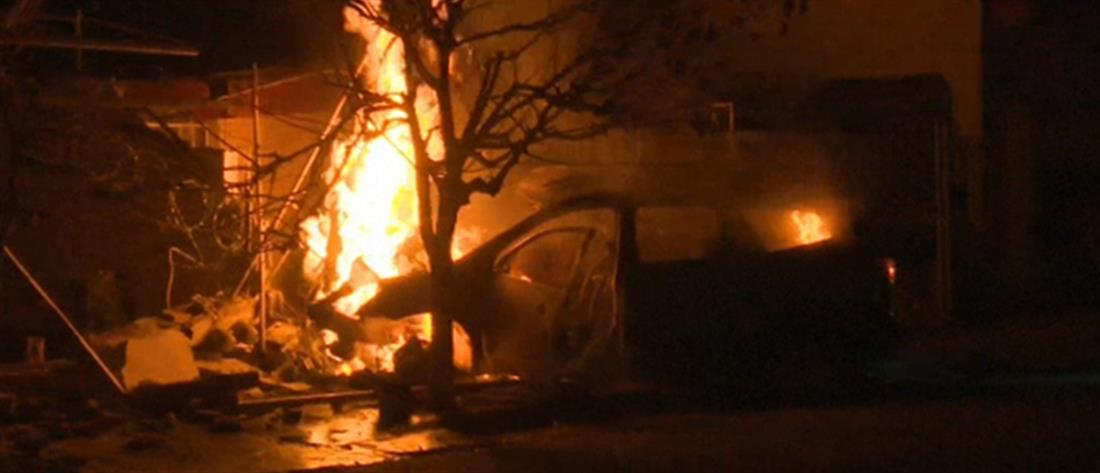 """Αυτοκίνητο """"καρφώθηκε"""" σε σπίτι και τυλίχτηκε στις φλόγες (βίντεο)"""
