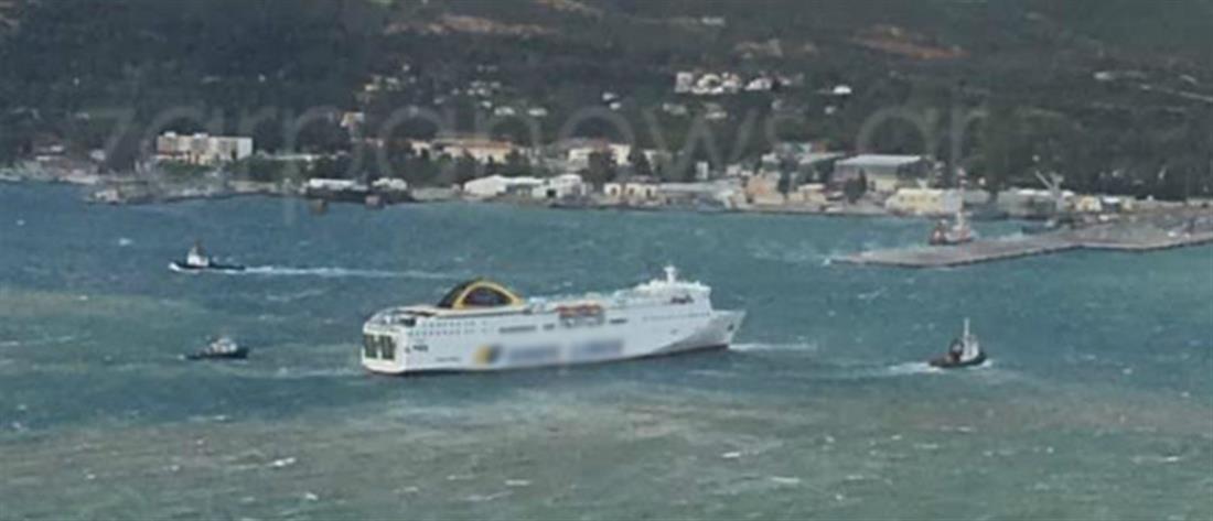 """""""Παλεύει"""" με τα κύματα για να δέσει στο λιμάνι (βίντεο)"""