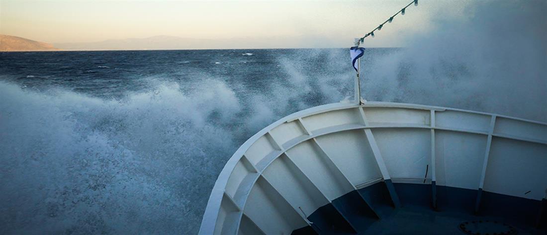 Ακυβέρνητο πλοίο με πρόσφυγες και μετανάστες κοντά στην Αμοργό