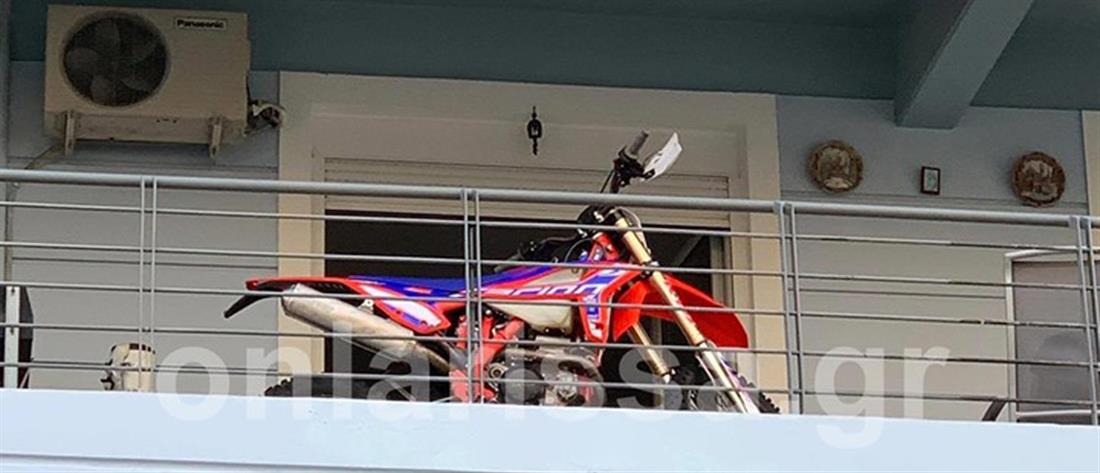 """""""Πάρκαρε"""" τη μηχανή του στο…μπαλκόνι (εικόνες)"""