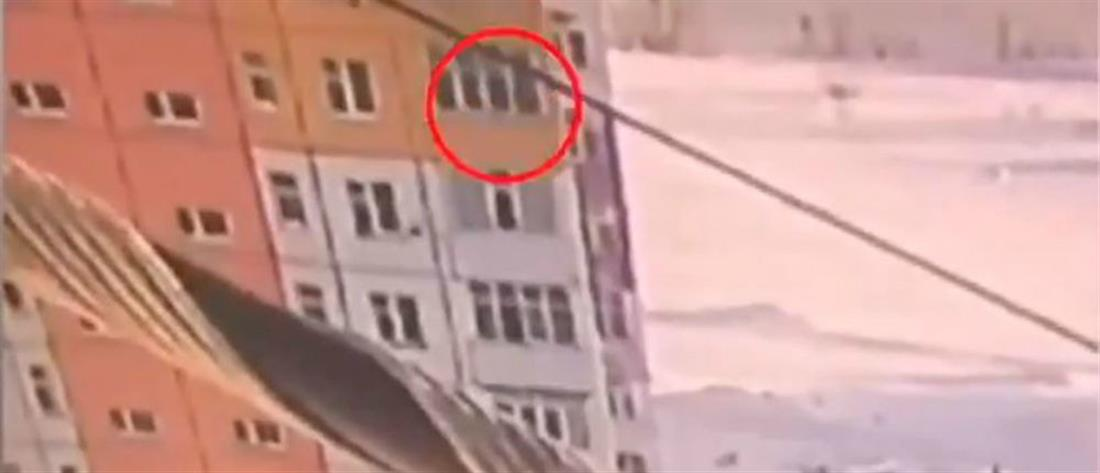 Έπεσε από τον 9ο όροφο και... σώθηκε (βίντεο)