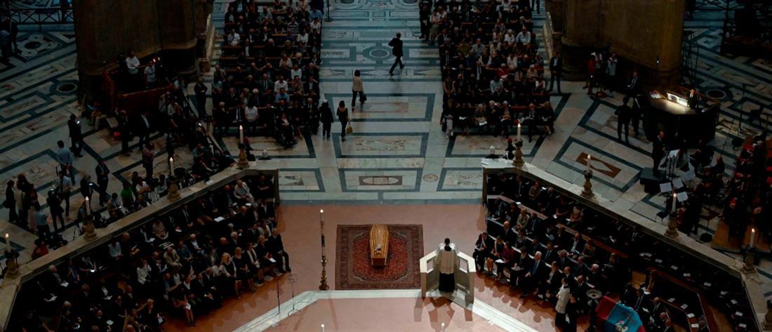 Χιλιάδες κόσμου είπαν το ύστατο χαίρε στον Φράνκο Τζεφιρέλι (βίντεο)