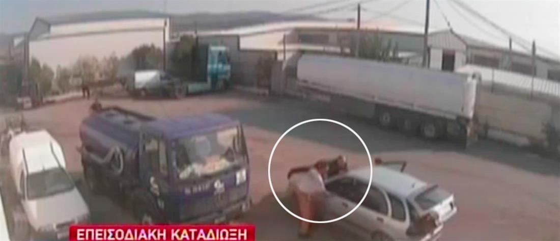 Γαντζώθηκε στο καπό αυτοκινήτου για να σταματήσει τους ληστές (βίντεο)