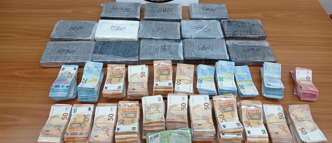 """Μεγάλη ποσότητα κοκαϊνης και """"πακέτο με μετρητά"""" σε φορτηγό (εικόνες)"""