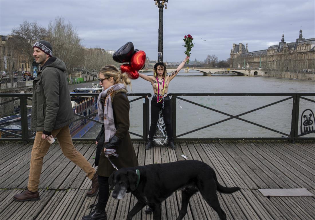 AP - ΔΙΑΜΑΡΤΥΡΙΑ FEMEN - ΑΛΥΣΟΔΕΘΗΚΑΝ ΣΕ ΓΕΦΥΡΑ ΤΟΥ ΠΑΡΙΣΙΟΥ