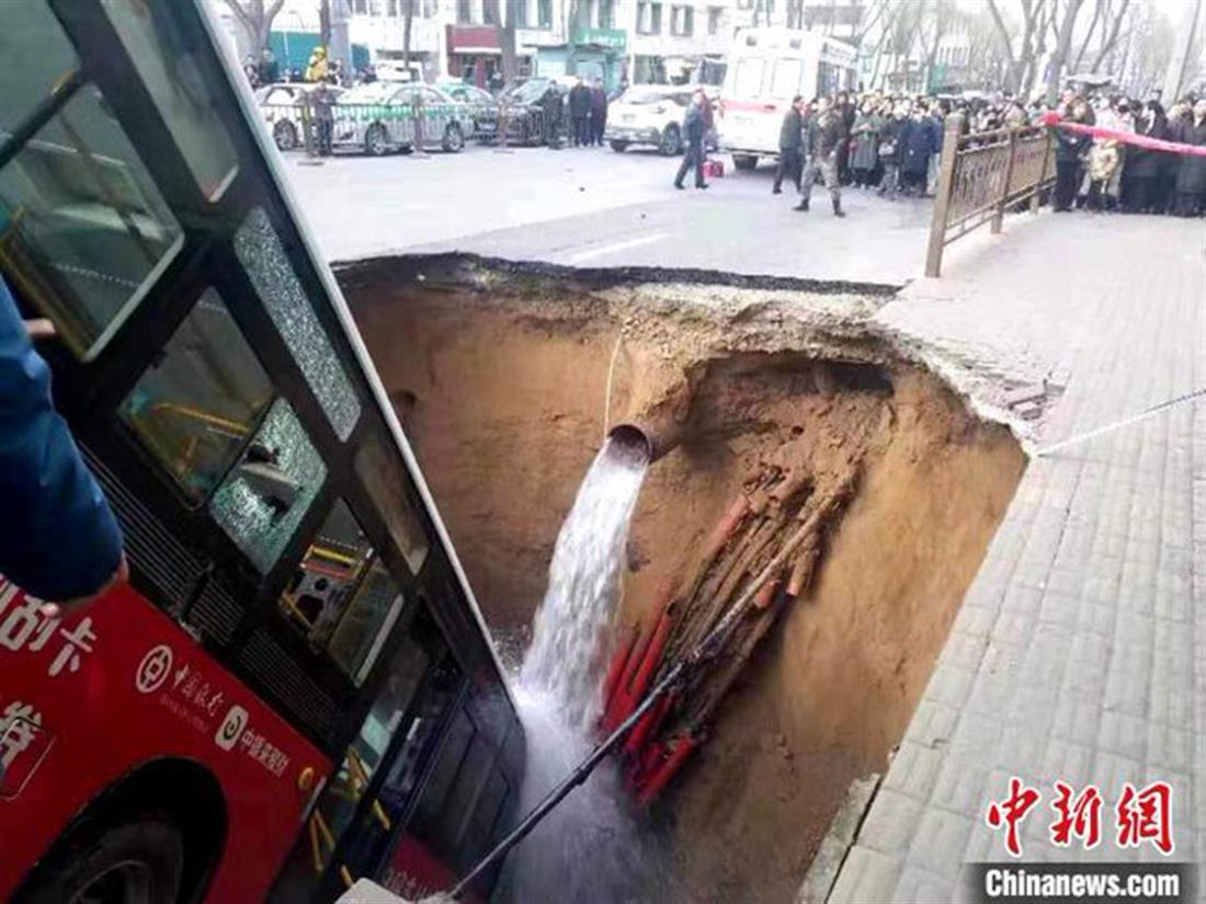 γιγαντιαία τρύπα - κατάπιε λεωφορείο - Κίνα