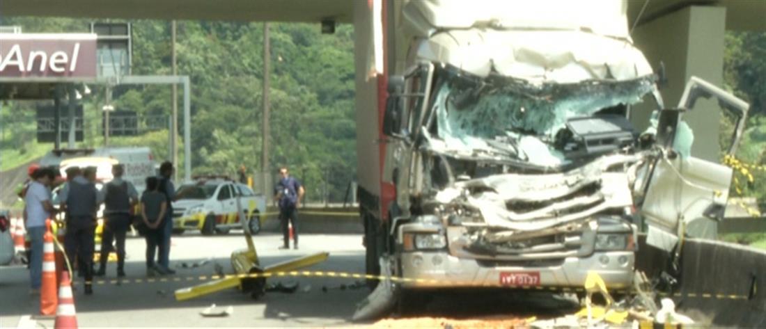 Φονική συντριβή ελικοπτέρου πάνω σε φορτηγό (βίντεο)