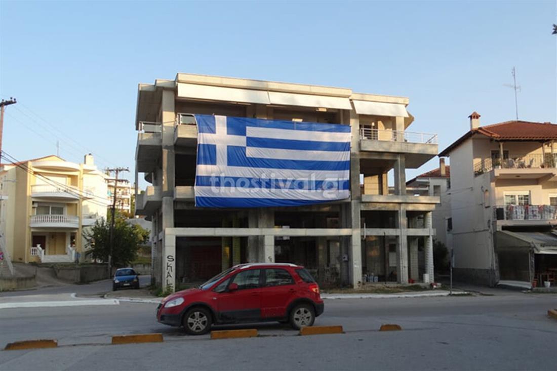 Θεσσαλονίκη - τεράστια ελληνική σημαία - μπαλκόνι