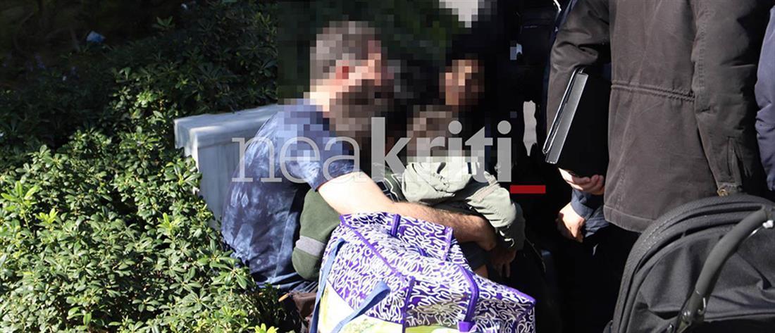 Στην αγκαλιά της γυναίκας του ο άντρας που απείλησε να αυτοπυρποληθεί (εικόνες)