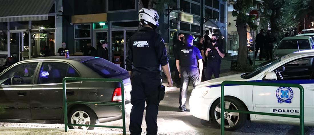 """Κορονοϊός: Αστυνομικοί """"αδειάζουν"""" την πλατεία Βαρνάβα (εικόνες)"""