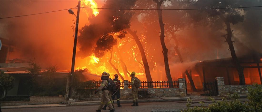 Φωτιά στην Βαρυμπόμπη: Εγκλωβισμένοι πολίτες και καμένα σπίτια (εικόνες)