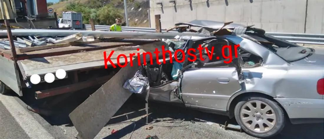 """Αθηνών - Κορίνθου: Αυτοκίνητο """"καρφώθηκε"""" σε φορτηγό (εικόνες σοκ)"""