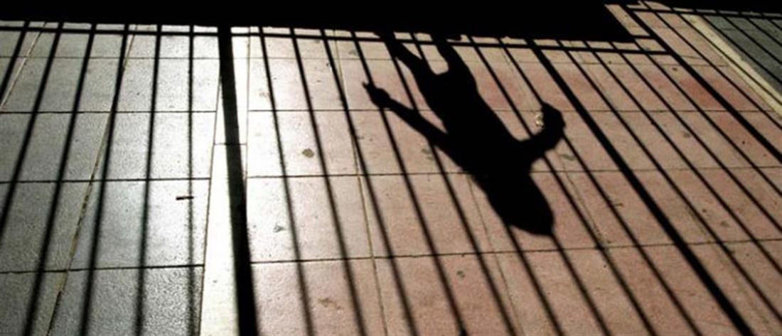 Συνέλαβαν μαθήτρια Δημοτικού για αταξία (βίντεο)
