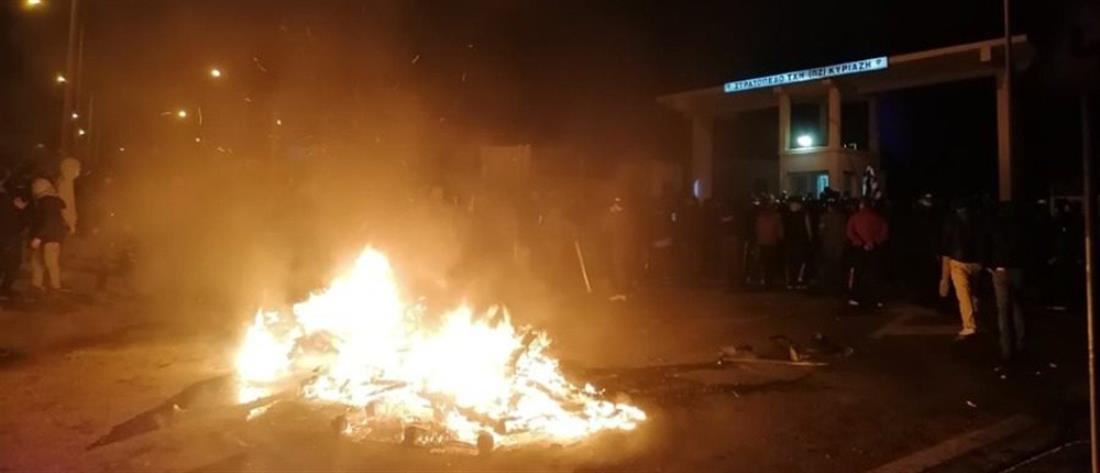"""Λέσβος: πολίτες """"πολιορκούν"""" τα ΜΑΤ στο στρατόπεδο της Παγανής (εικόνες)"""