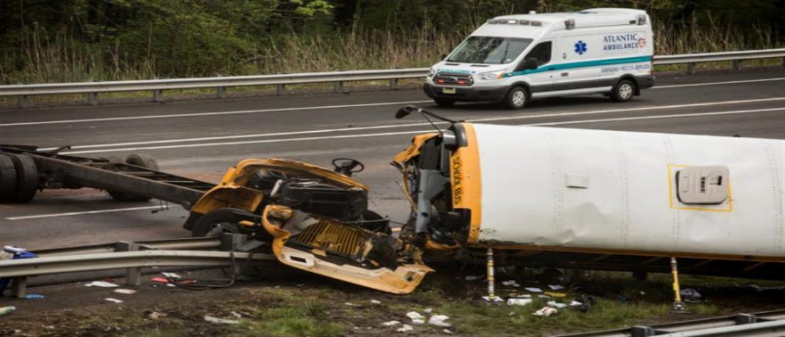 Σχολικό λεωφορείο συγκρούστηκε με φορτηγό