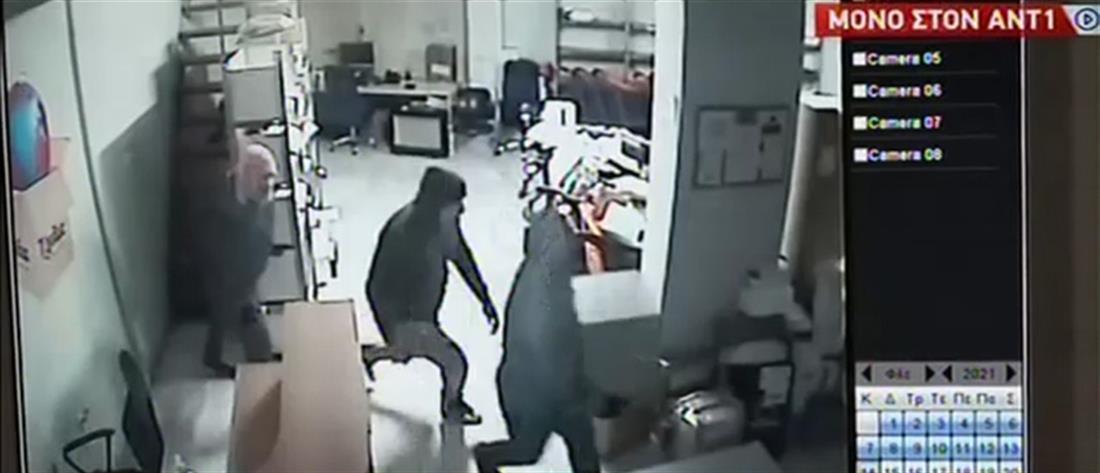 Ληστές παίρνουν χρηματοκιβώτιο από εταιρεία (βίντεο)