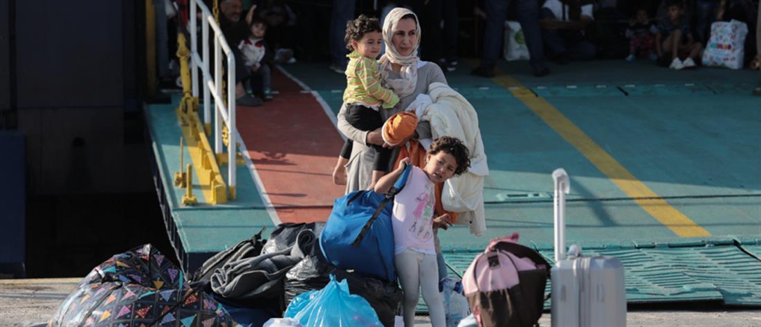 Στο λιμάνι του Πειραιά μετανάστες και πρόσφυγες από Μυτιλήνη και Χίο