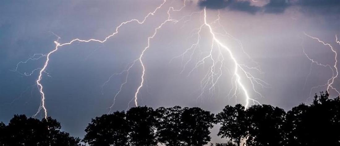 """""""Ιανός"""": Κεραυνός προκάλεσε έκρηξη σε πυλώνα της ΔΕΗ (βίντεο)"""