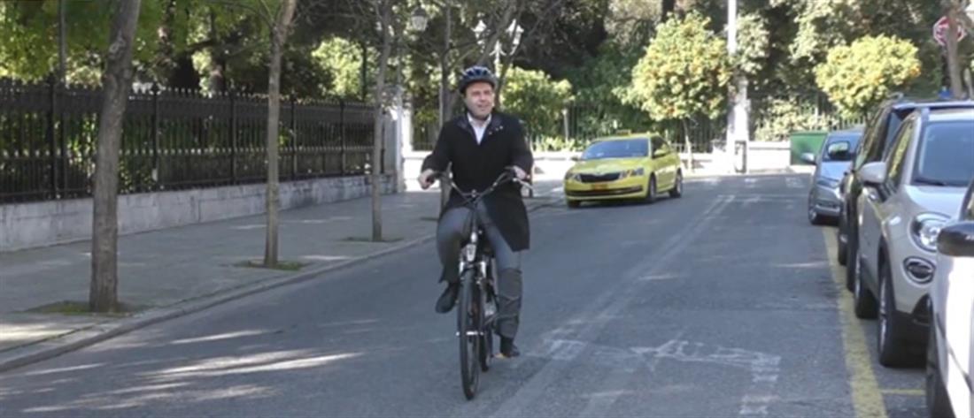 Στο Μαξίμου με ηλεκτρικό ποδήλατο ο Πρόεδρος της ΚΕΔΕ (εικόνες)