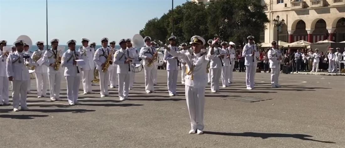 """Η μπάντα του Πολεμικού Ναυτικού παίζει το """"Despacito"""" (βίντεο)"""