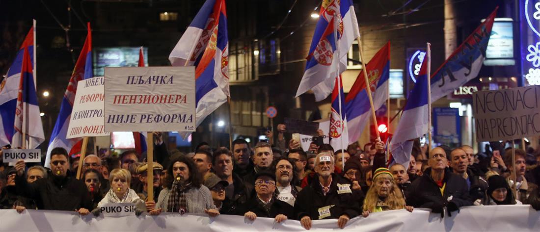 Διογκώνονται οι αντικυβερνητικές διαδηλώσεις στο Βελιγράδι (βίντεο)