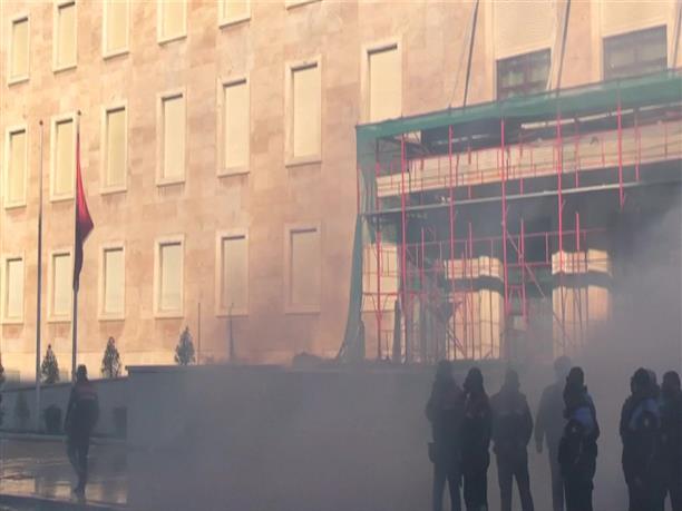 Χάος έξω από το Πρωθυπουργικό Μέγαρο της Αλβανίας