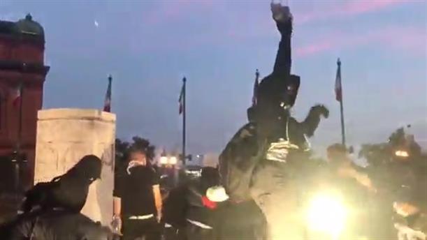 Διαδηλωτές στη Βαλτιμόρη γκρέμισαν άγαλμα του Κολόμβου