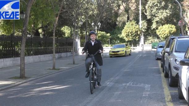 Με ηλεκτρικό ποδήλατο έφτασε στο Μαξίμου ο Δημήτρης Παπαστεργίου