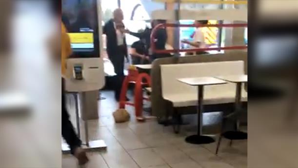 Ανήλικος επιτέθηκε και τραυμάτισε πελάτες μέσα σε φαστφουντάδικο