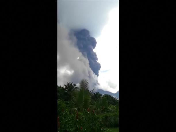 Εντυπωσιακές εικόνες από έκρηξη ηφαιστείου στην Παπούα -Νέα Γουινέα