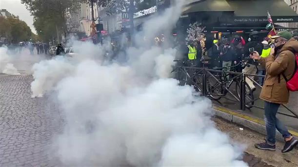 """Σύγκρουση αστυνομίας και """"Κίτρινων Γιλέκων"""" στο Παρίσι"""