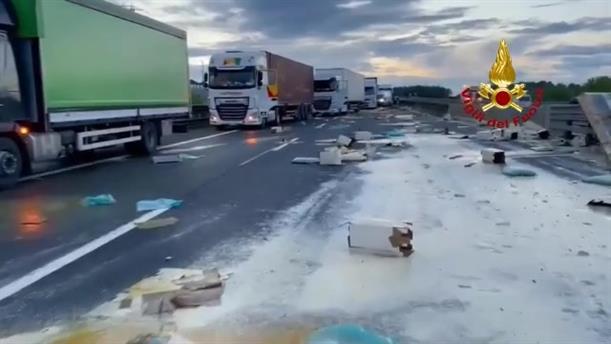 Ιταλία: Αυτοκινητόδρομος γέμισε αυγά μετά από καραμπόλα φορτηγών!