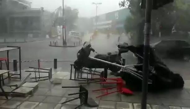 Πλημμύρισαν δρόμοι στη Θεσσαλονίκη από την ξαφνική καταιγίδα