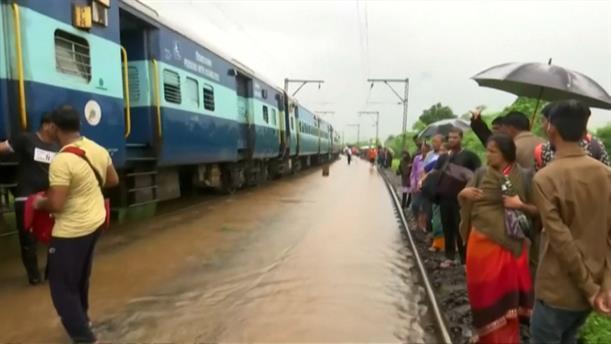 Τρένο «κόλλησε» λόγω πλημμύρας
