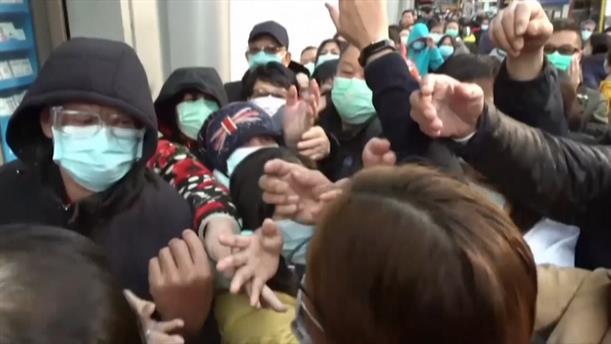 Κίνα: Στην ουρά για λίγες μάσκες για τον κορονοϊό