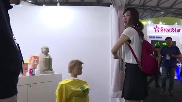 Κινέζοι ξυλοκοπούν κούκλα του Τραμπ