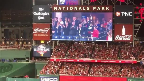 Τραμπ και Μελάνια αποδκιμάστηκαν από θεατές σε αγώνα μπέιζμπολ στην Ουάσινγκτον