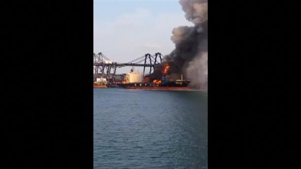 Πυρκαγιά σε φορτηγό πλοίο μετά από έκρηξη σε λιμάνι στην Ταϊλάνδη