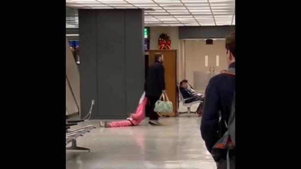 Πατέρας έσερνε την κόρη του από την κουκούλα για να προλάβει πτήση